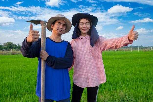 Azjatyccy Rolnicy Dobierają Się Mień Narzędzia I Kciuk Up W Ryżowym Gospodarstwie Rolnym Premium Zdjęcia