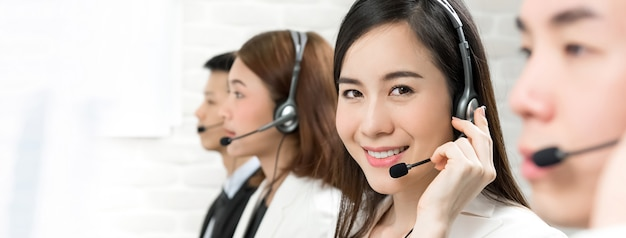 Azjatyccy telemarketingowi obsługa klienta agenci, centrum telefonicznego pracy pojęcie Premium Zdjęcia