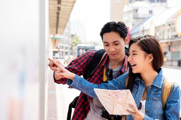 Azjatyccy Turyści Patrzeje Dla Tavel Informaci W Bangkok Mieście Tajlandia Premium Zdjęcia
