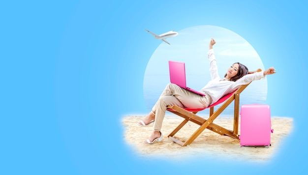 Azjatycka biznesowa kobieta relaksuje podczas gdy pracujący z laptopu obsiadaniem w plażowym krześle Premium Zdjęcia