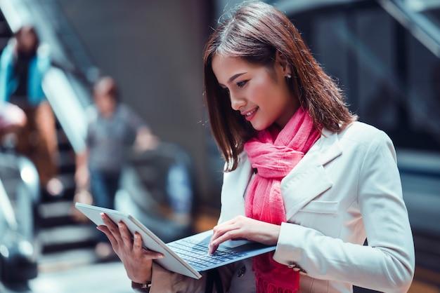 Azjatycka Biznesowa Kobieta Używa Laptop Premium Zdjęcia
