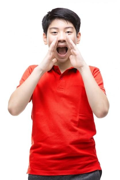 Azjatycka Chłopiec Jest Ubranym Czerwoną Koszula Krzyczy Głośno Premium Zdjęcia