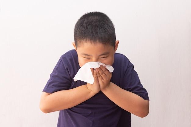 Azjatycka Chłopiec Zimnej Grypy Choroby Tkanka Dmucha Katar Premium Zdjęcia