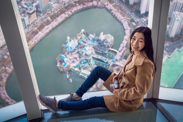 Azjatycka Dama Relaksuje Na Dachowym Wierzchołka Barze Z Seul Miasta Tłem Premium Zdjęcia