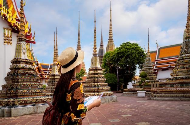 Azjatycka Damy Podróż W Wata Pho świątyni Premium Zdjęcia