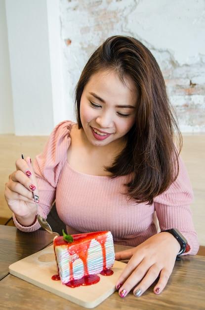 Azjatycka Dziewczyna Je Krepa Ciasto Premium Zdjęcia