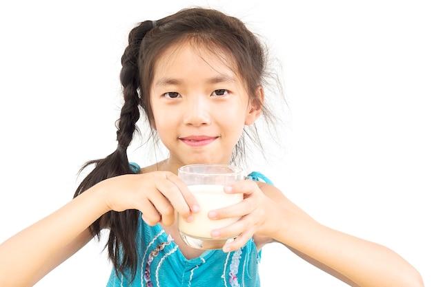 Azjatycka dziewczyna pije szkło mleko nad białym tłem Darmowe Zdjęcia