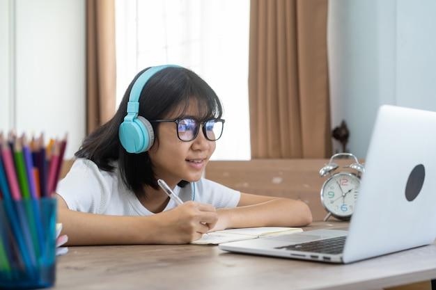 Azjatycka Dziewczyna Studiuje Pracy Domowej Online Lekcję W Domu, Socjalny Edukaci Pomysłu Online Dystansowy Pojęcie Premium Zdjęcia