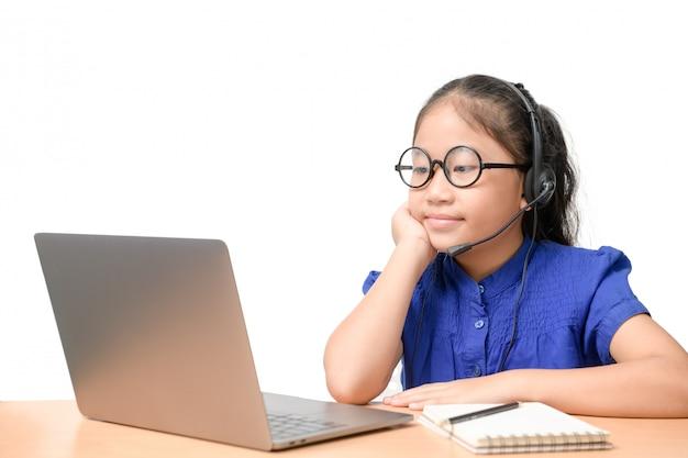 Azjatycka Dziewczyna Ucznia Odzieży Bezprzewodowa Hełmofonu Nauka Online W Domu. Premium Zdjęcia
