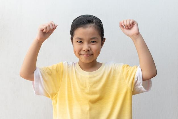 Azjatycka Dziewczyny Pozycja Robi Zwycięzcy Gestowi. Premium Zdjęcia