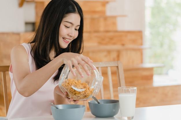 Azjatycka japonka ma śniadanie w domu Darmowe Zdjęcia
