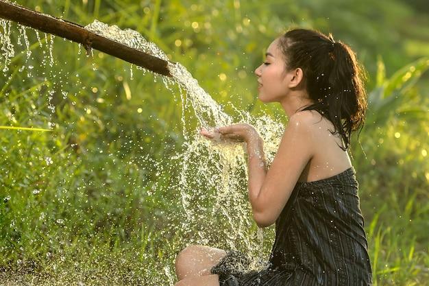 Azjatycka kobieta bierze prysznic. Premium Zdjęcia