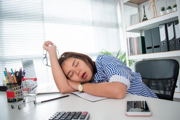 Azjatycka Kobieta Biznesu śpi Z Powodu Wyczerpania Ciężką Pracą Na Biurku. Premium Zdjęcia