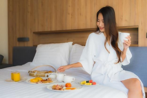 Azjatycka Kobieta Cieszy Się Z śniadaniem Na łóżku Darmowe Zdjęcia