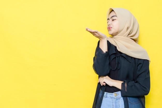Azjatycka Kobieta Dmucha Palmy Z Pustą Przestrzenią. Premium Zdjęcia