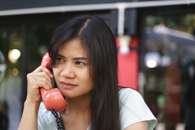 Azjatycka Kobieta Gniewna Na Telefonie Premium Zdjęcia