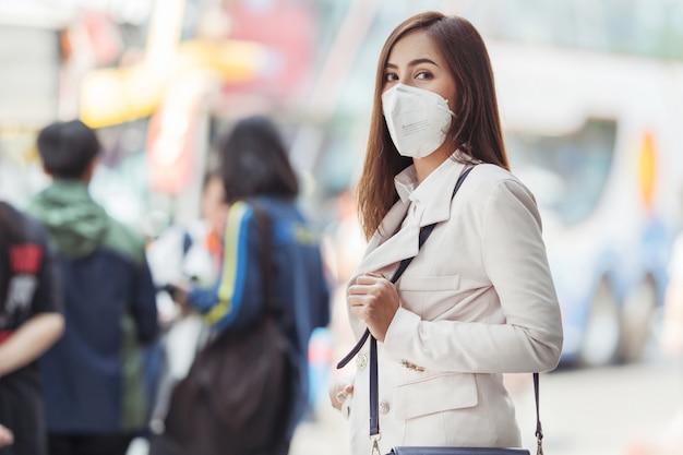 Azjatycka Kobieta Idzie Do Pracy Premium Zdjęcia