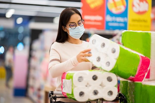 Azjatycka Kobieta Jest Ubranym Twarzy Maski Zakupy W Supermaket Podczas Korona Słoneczna Wirusa Premium Zdjęcia