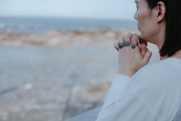 Azjatycka Kobieta Modli Się Do Boga Na Plaży Premium Zdjęcia