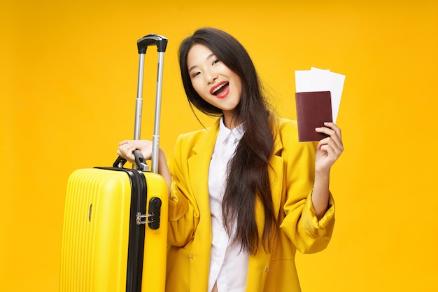 Azjatycka Kobieta Podróżuje Z Walizką W Dłoniach, Wakacje, Premium Zdjęcia