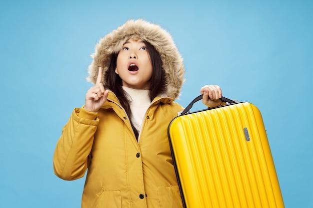 Azjatycka Kobieta Podróżuje Z Walizką W Jej Rękach, Wakacje, Studio Premium Zdjęcia