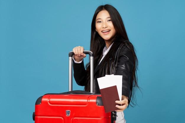 Azjatycka Kobieta Podróżuje Z Walizką W Jej Rękach, Wakacje Premium Zdjęcia