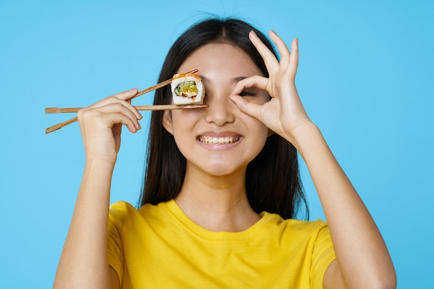 Azjatycka Kobieta Pozuje Z Karmowym Portretem, Suszi Premium Zdjęcia