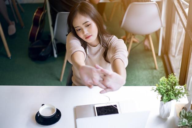 Azjatycka kobieta pracuje relaksować przy kawiarnią. koncepcja niezależna. Premium Zdjęcia