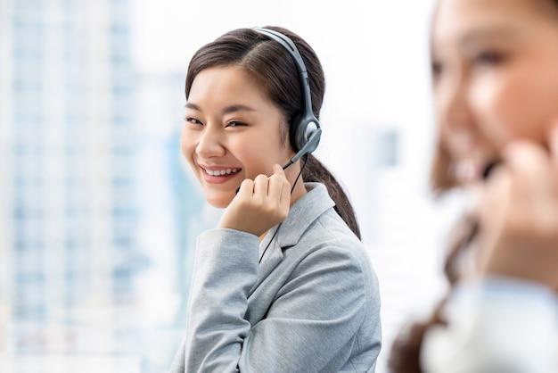 Azjatycka Kobieta Pracuje W Centrum Telefonicznego Biurze Premium Zdjęcia
