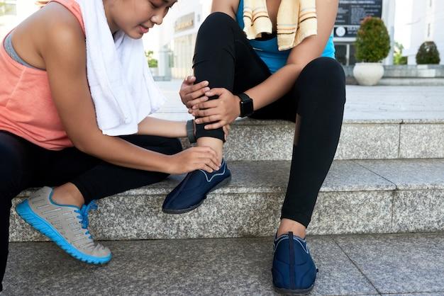 Azjatycka kobieta siedzi na krokach w ulicie i trzyma przyjaciel kostkę Darmowe Zdjęcia
