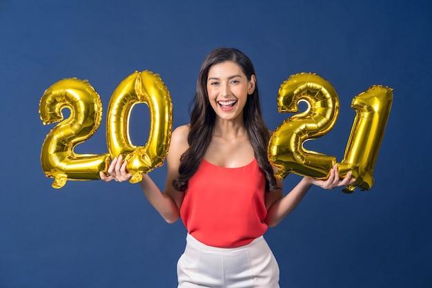 Azjatycka Kobieta Trzyma Balony W Kolorze Złota Do świętowania Wesołych świąt I Szczęśliwego Nowego Roku Premium Zdjęcia