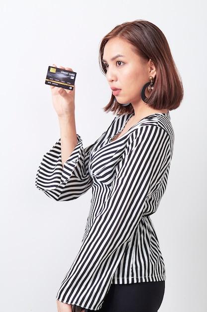 Azjatycka kobieta trzyma kredytową kartę Premium Zdjęcia