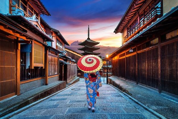 Azjatycka Kobieta Ubrana W Tradycyjne Japońskie Kimono W Yasaka Pagoda I Sannen Zaka Street W Kioto, Japonia. Darmowe Zdjęcia