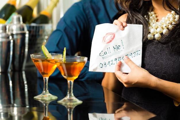 Azjatycka Kobieta Uwodzi Mężczyznę W Restauracji Premium Zdjęcia