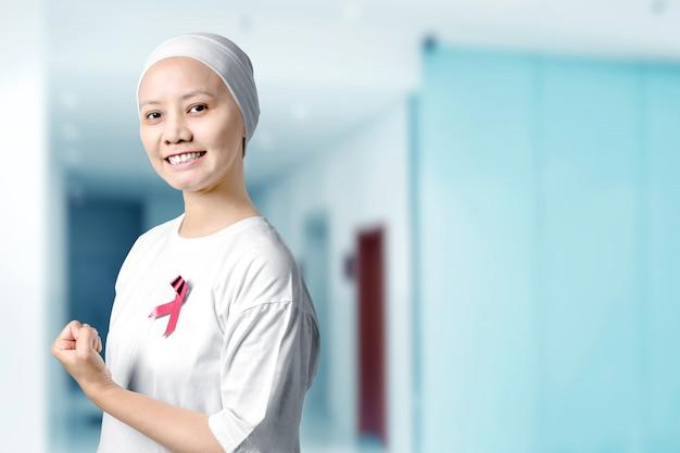 Azjatycka Kobieta W Białej Koszula Z Różowym Faborkiem W Szpitalu Premium Zdjęcia