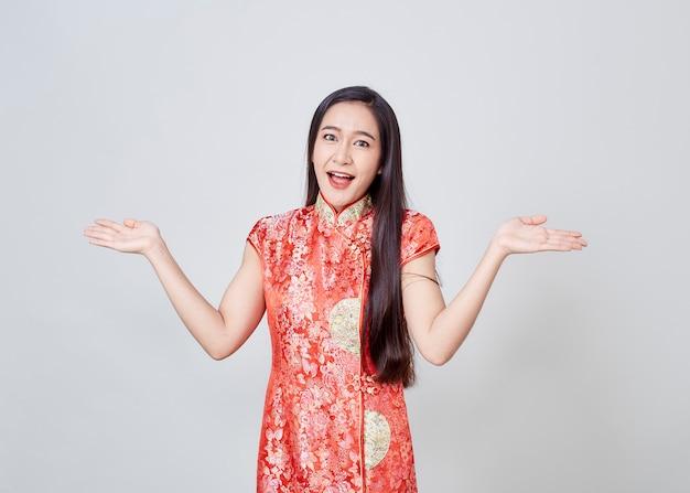Azjatycka Kobieta W Chińczyk Sukni Tradycyjnym Cheongsam Premium Zdjęcia