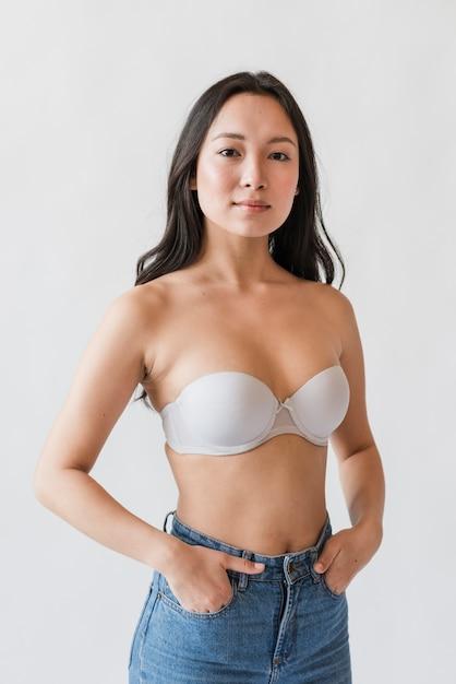 Azjatycka kobieta w staniku z rękami w kieszeniach Darmowe Zdjęcia