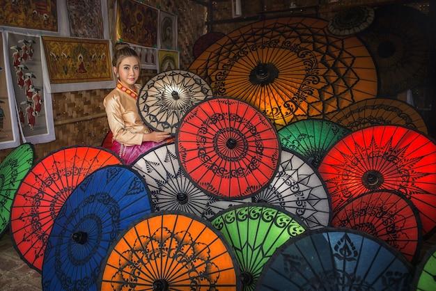 Azjatycka Kobieta W Umbrella Souvenier Sklep W New Bagan W Birmie W Południowo-wschodniej Azji Premium Zdjęcia
