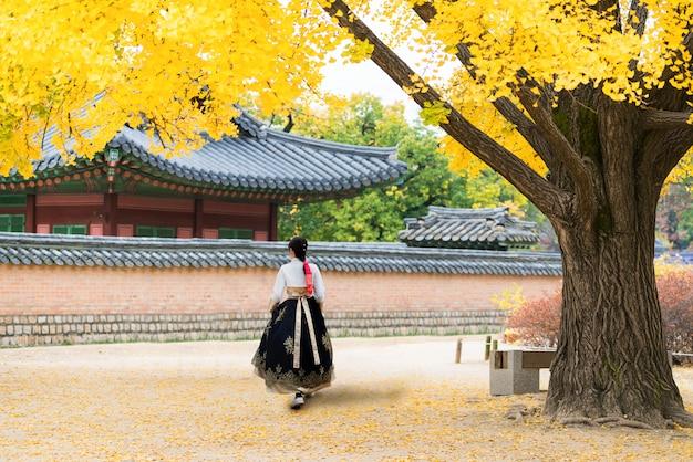 Azjatycka koreańska kobieta ubierał hanbok w tradycyjnym smokingowym odprowadzeniu przy seul, korea południowa Premium Zdjęcia