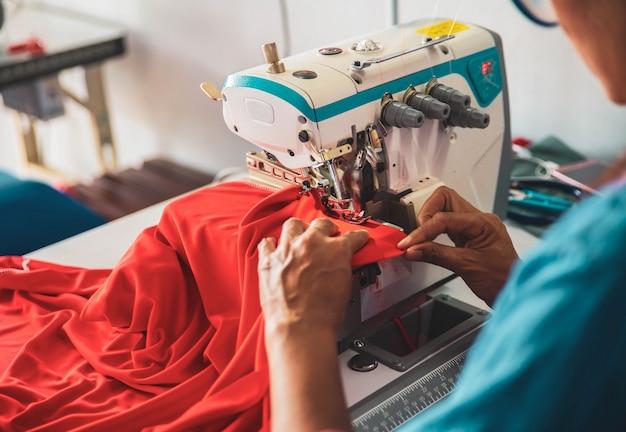 Azjatycka Krawcowa W Pracy Na Maszynie Do Szycia Premium Zdjęcia
