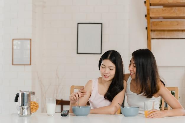 Azjatycka lesbijska para kobiet lgbtq ma śniadanie w domu Darmowe Zdjęcia