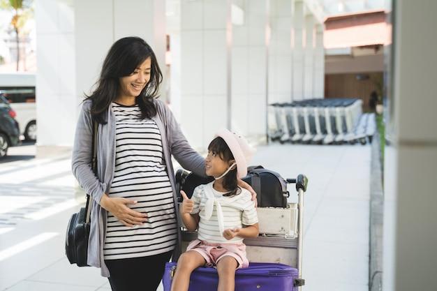 Azjatycka Mała Dziewczynka Cieszy Się Rozmawiać Z Jej Matką Premium Zdjęcia