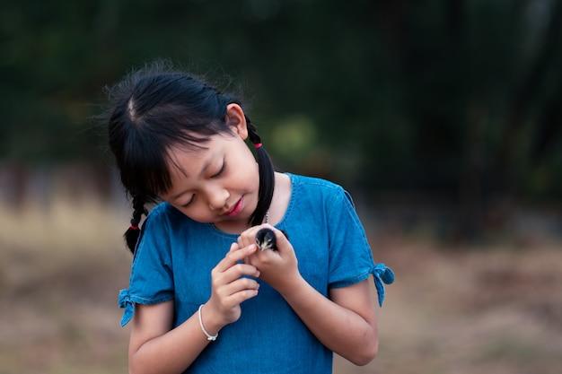 Azjatycka Mała Dziewczynka Trzyma Kurczątko W Jej Ręce Premium Zdjęcia