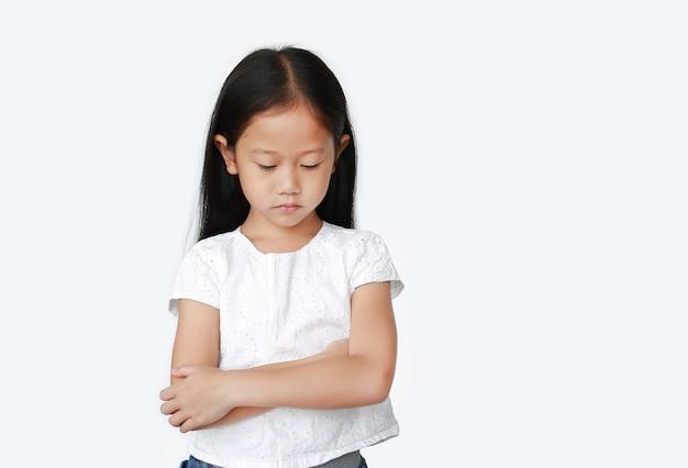 Azjatycka Mała Dziewczynka Z Rękami Krzyżować I Działający Wszystko Smutni Premium Zdjęcia