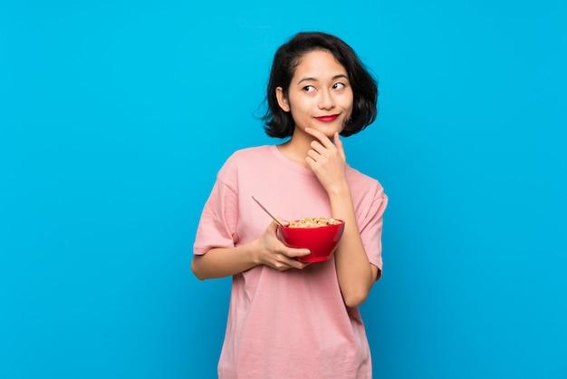Azjatycka Młoda Kobieta Trzyma Puchar Zboża Myśleć Pomysł Premium Zdjęcia