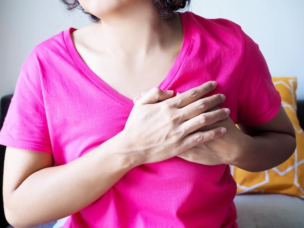 Azjatycka Młoda Kobieta Z Ostrym Bólem W Klatce Piersiowej Od Chorób Serca. Premium Zdjęcia