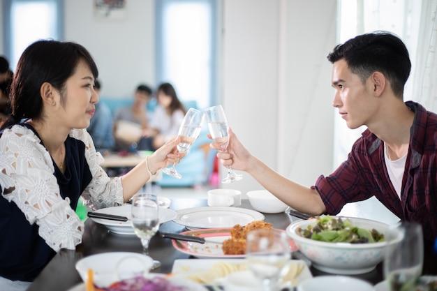 Azjatycka Młoda Para Cieszy Się Romantycznego Obiadowego Wieczór Pije Podczas Gdy Siedzący Przy Jadalnią Premium Zdjęcia