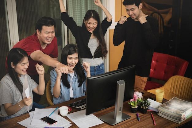 Azjatycka młodsza niezależna praca zespołowa szczęścia pomyślna szczęścia emocja Premium Zdjęcia