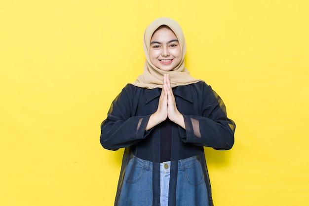 Azjatycka Muzułmańska Kobieta Wita Gości Premium Zdjęcia