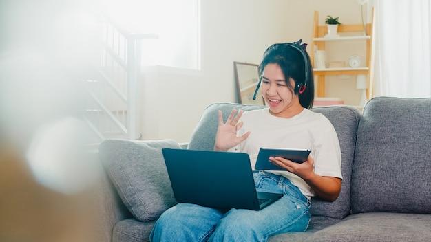 Azjatycka Niezależna Biznesowej Kobiety Przypadkowa Odzież Używać Laptopu Działania Wezwania Wideokonferencję Z Klientem W Miejscu Pracy W żywym Pokoju Od Domu, Gdy Dystansuje Się Społeczny Zostaje W Domu I Ja Kwarantanny Czas. Darmowe Zdjęcia